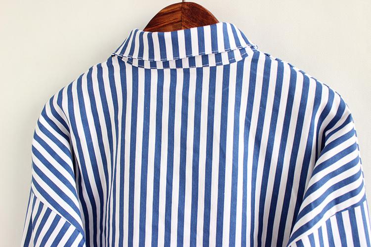 竖条纹口袋浅蓝色外套