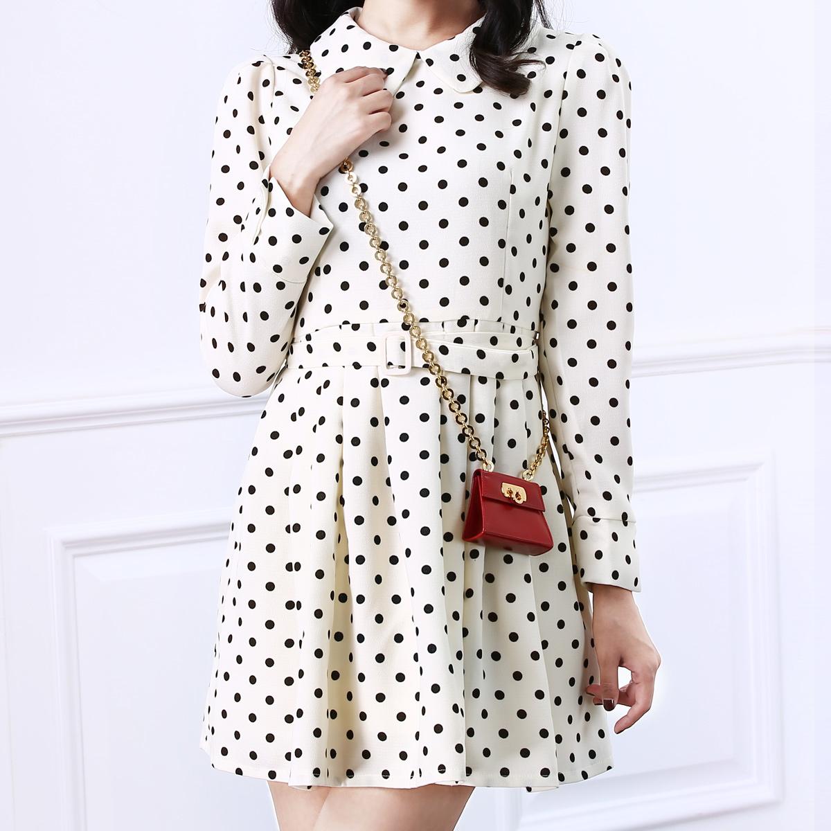 这是一款充满复古甜美气质的连衣裙,可爱娃娃领的设计,修饰脸型,增加