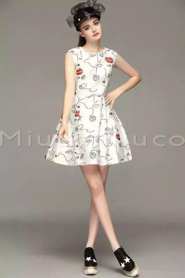 美女红唇背心裙 来自蘑菇街优店