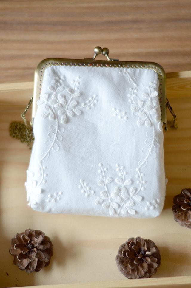 浮绣刺绣白色花朵斜挎链条小包