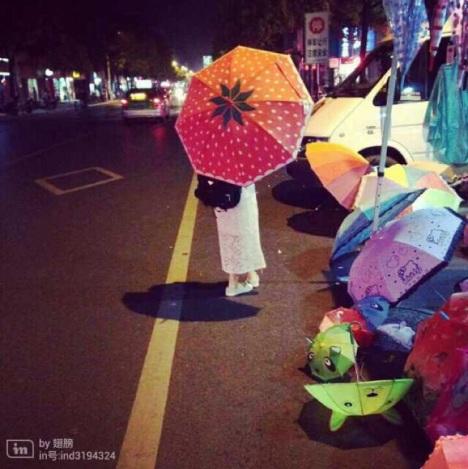 听说下雨天和草莓雨伞更配哦