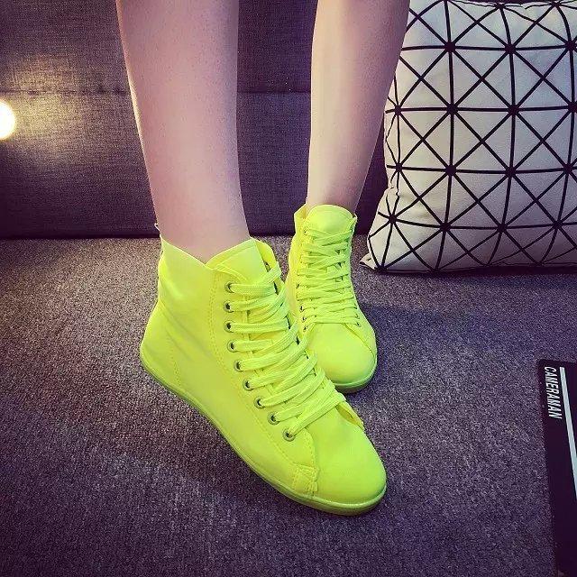 荧光绿系带平底帆布鞋穿着效果