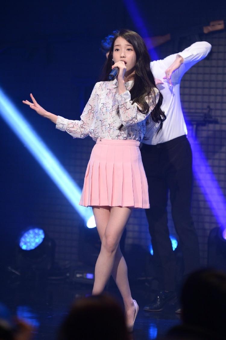 韩版女装印花衬衫+粉色短裙套装演唱会iu李智恩同款图片
